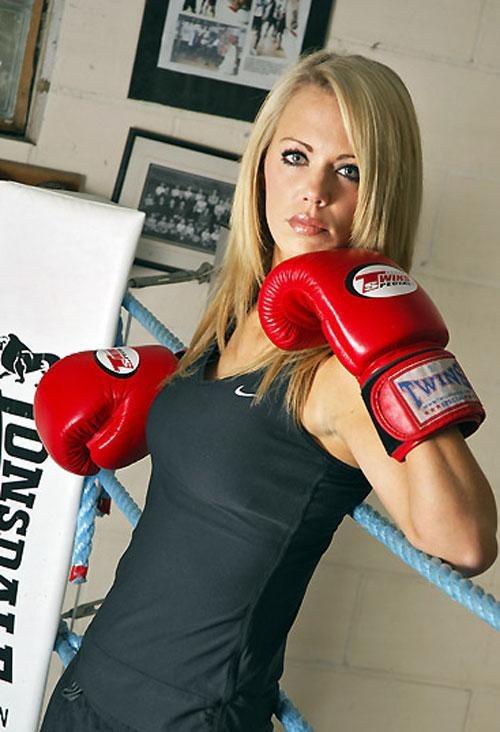 25-летняя модель Сара Блюден (Sarah Blewden) начала заниматься боксом два года назад для поддержания формы, а затем решила попробовать себя в любительских соревнованиях.